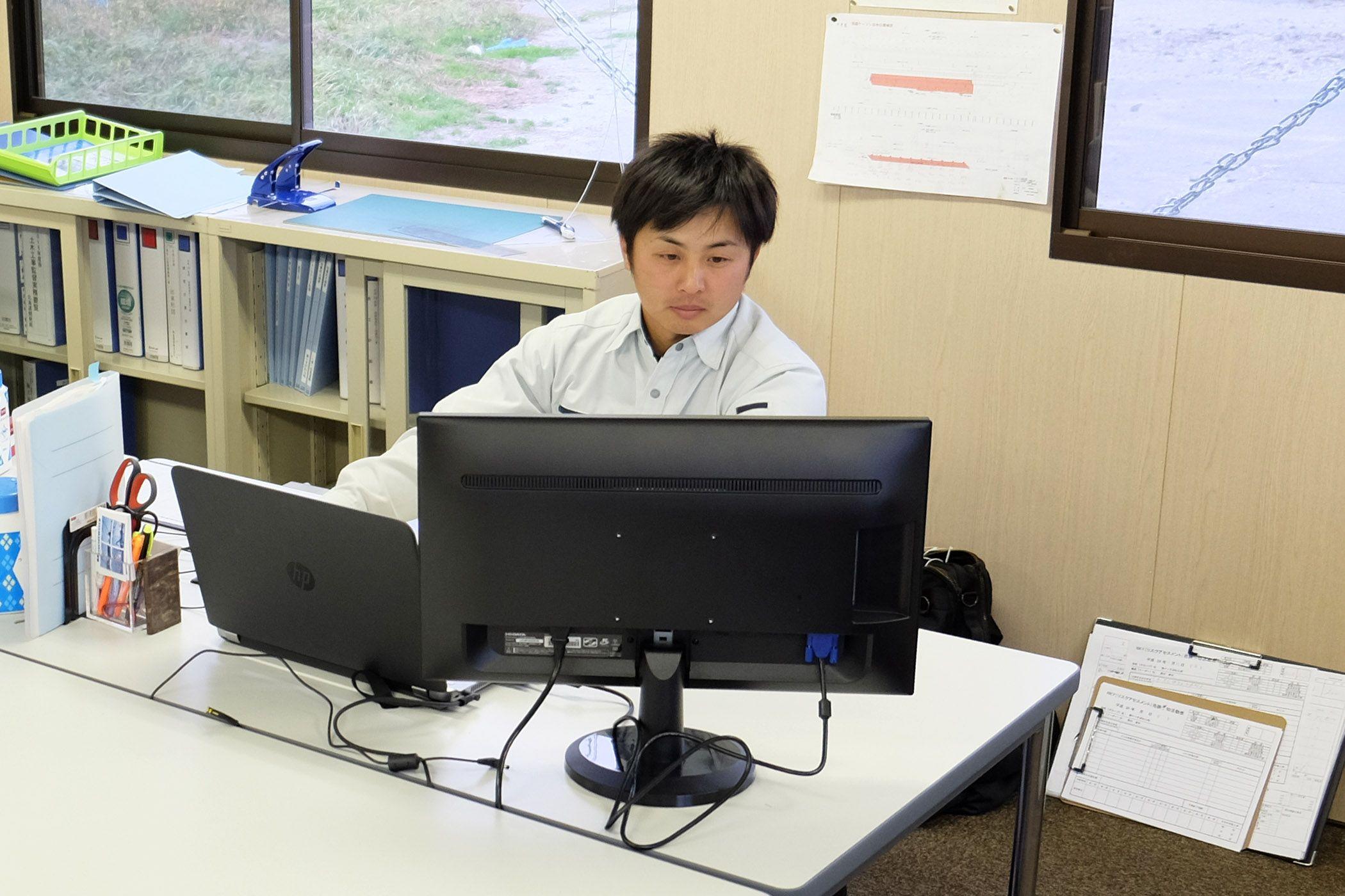 パソコンに向かう髙山隆寛